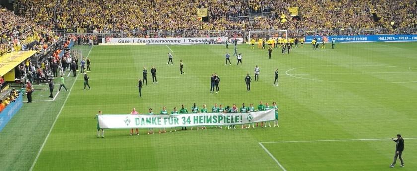 Die Mannschaft des SVW mit Danke-Banner