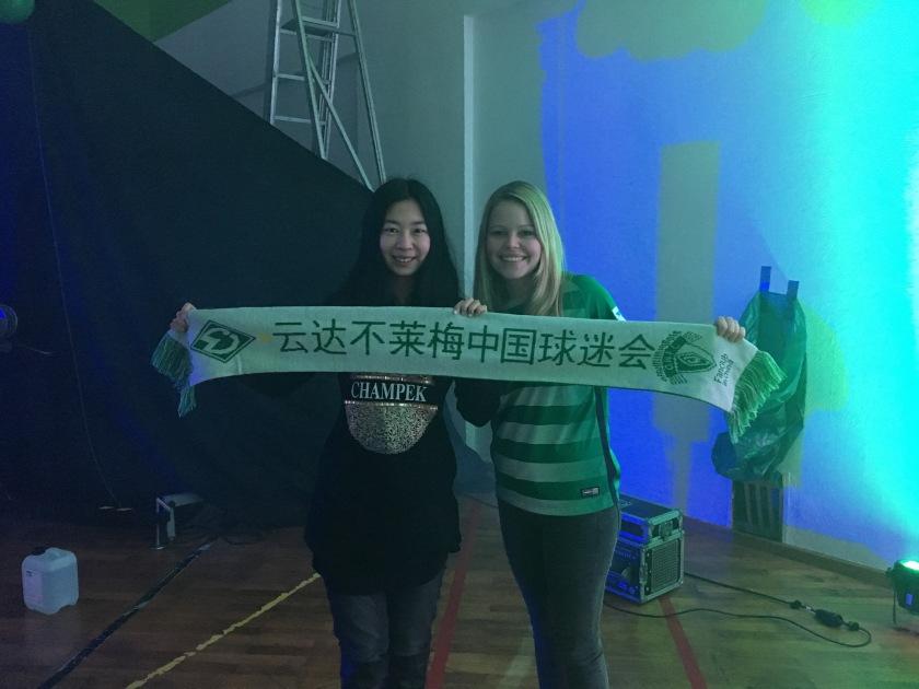 Zwei Werder-Fans mit chinesischem Fan-Schal