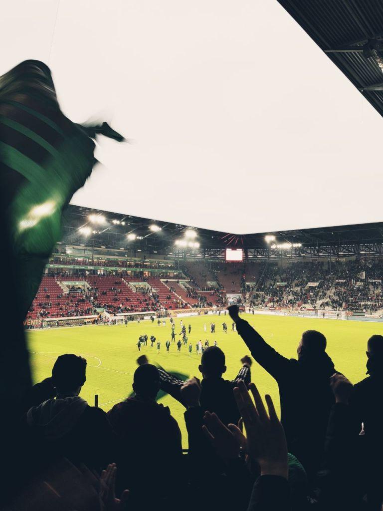 Blick von der Kurve auf das Spielfeld in Augsburg