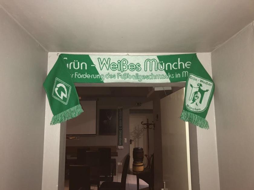 Ein GWM Schal hängt an der Wand und schmückt den Eingang zum Fußballzimmer