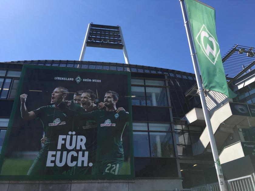 Blick auf ein Plakat, das am Weserstadion hängt mit der Aufschrift: Für Euch