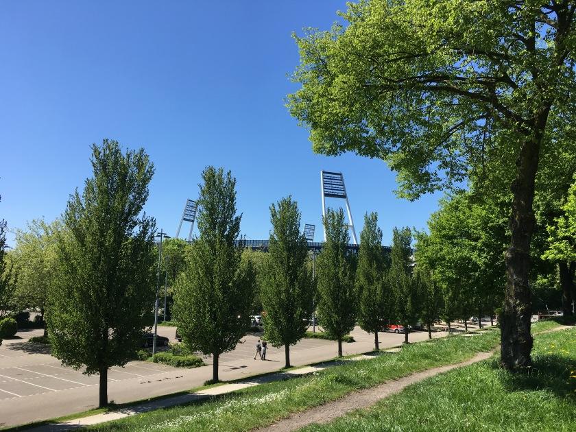 Blick auf das Weserstadion von Außen hinter den Grünanlagen