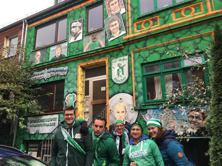 Werder Fans vor der Bremer Botschaft. Einem Grünen Haus mit Werder Logos drauf