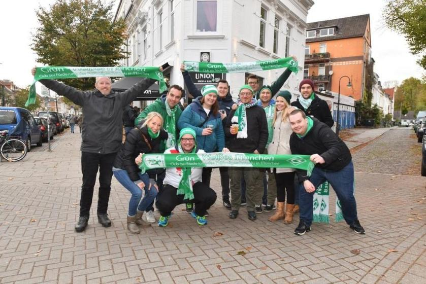 Werder Fans vor der Unionsbar in Bremen mit Werder Schal