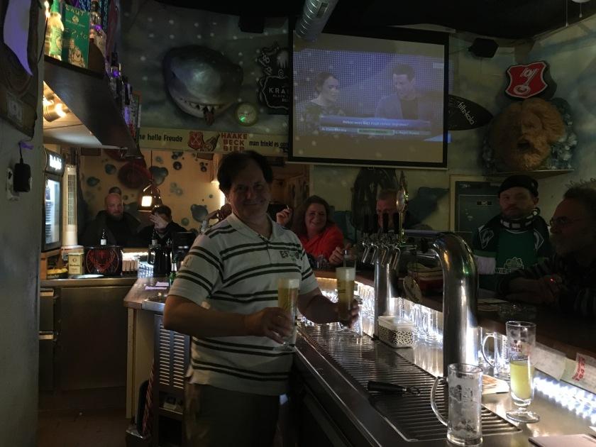 Barmann an der Haifischbecken Bar mit zwei Bier in der Hand