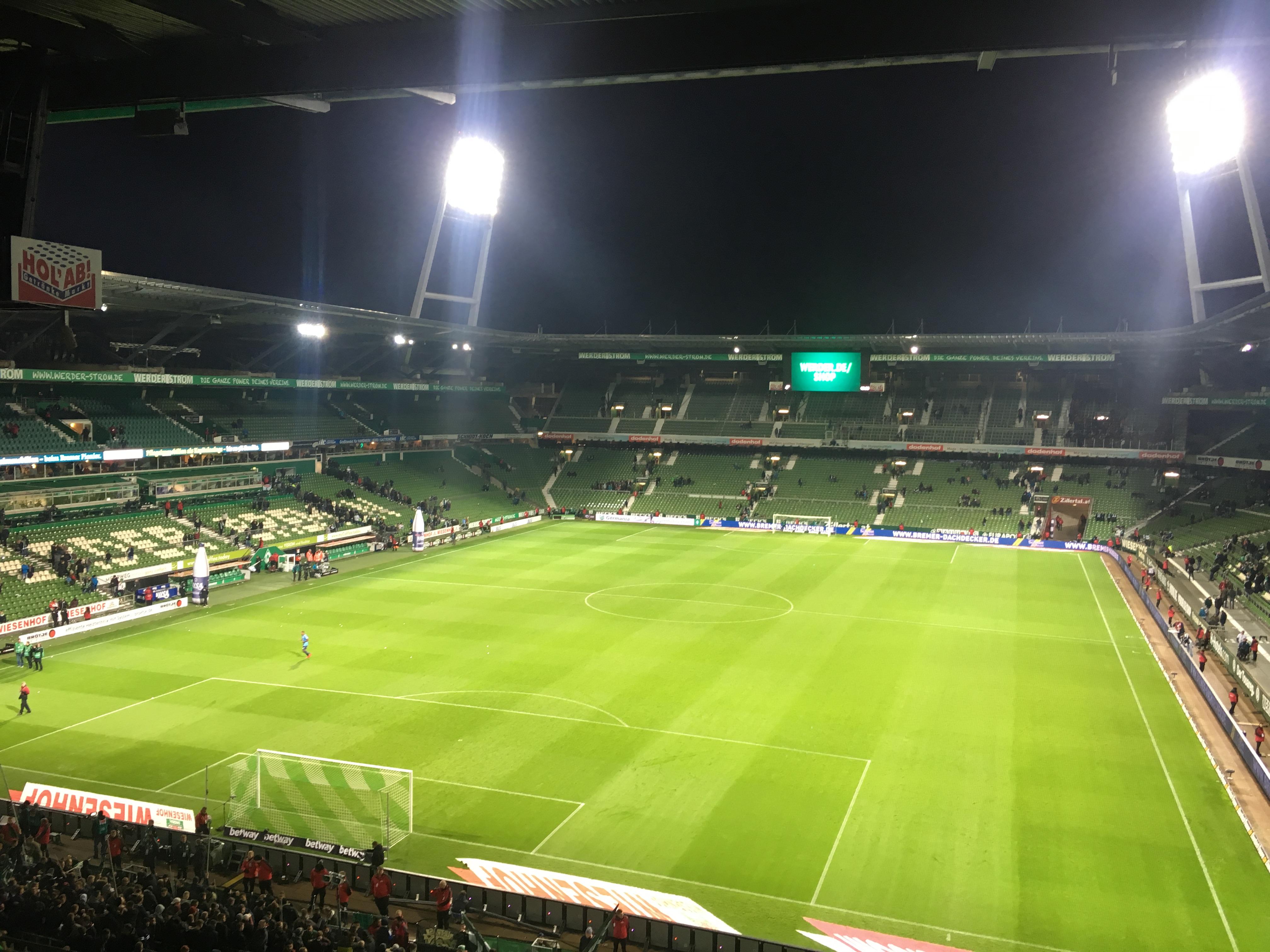Leeres Weserstadion mit Flutlicht