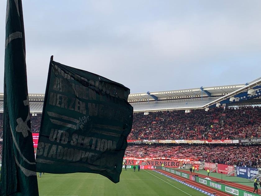 Flagge vor der Nürnberger Nordkurve im Wind