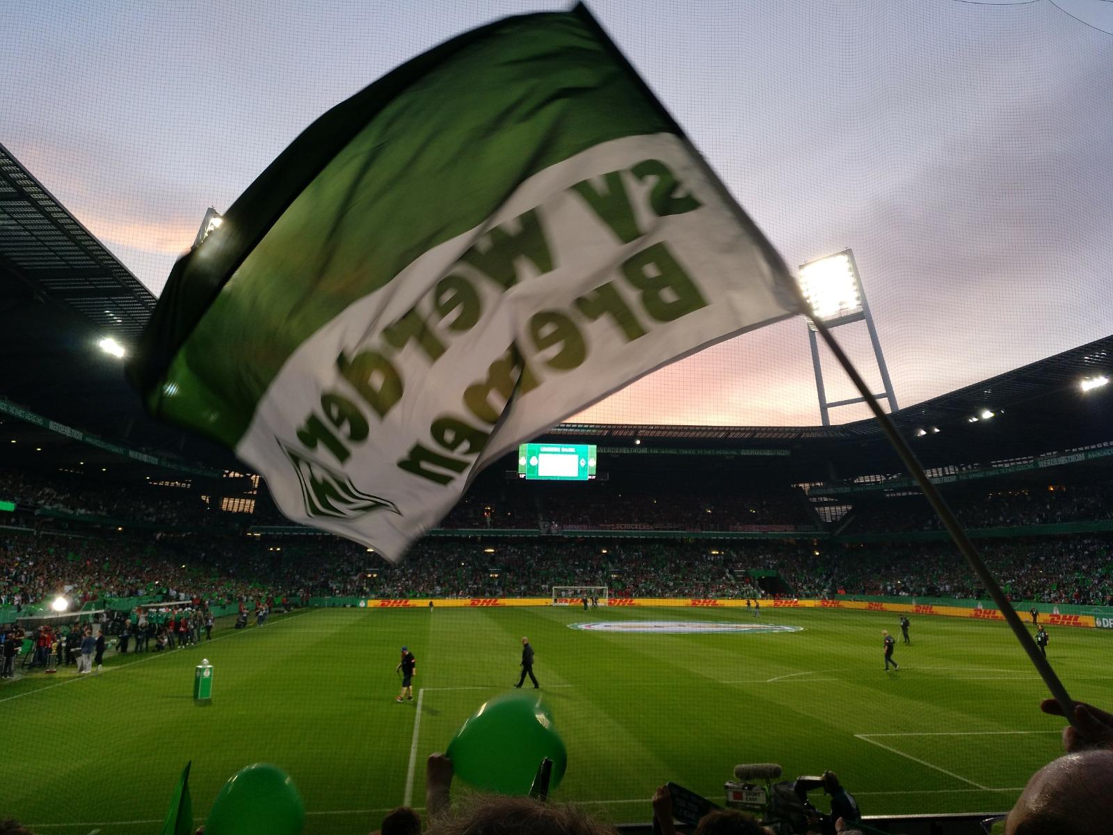 Werder Fahne in der Ostkurve bei Sonnenuntergang