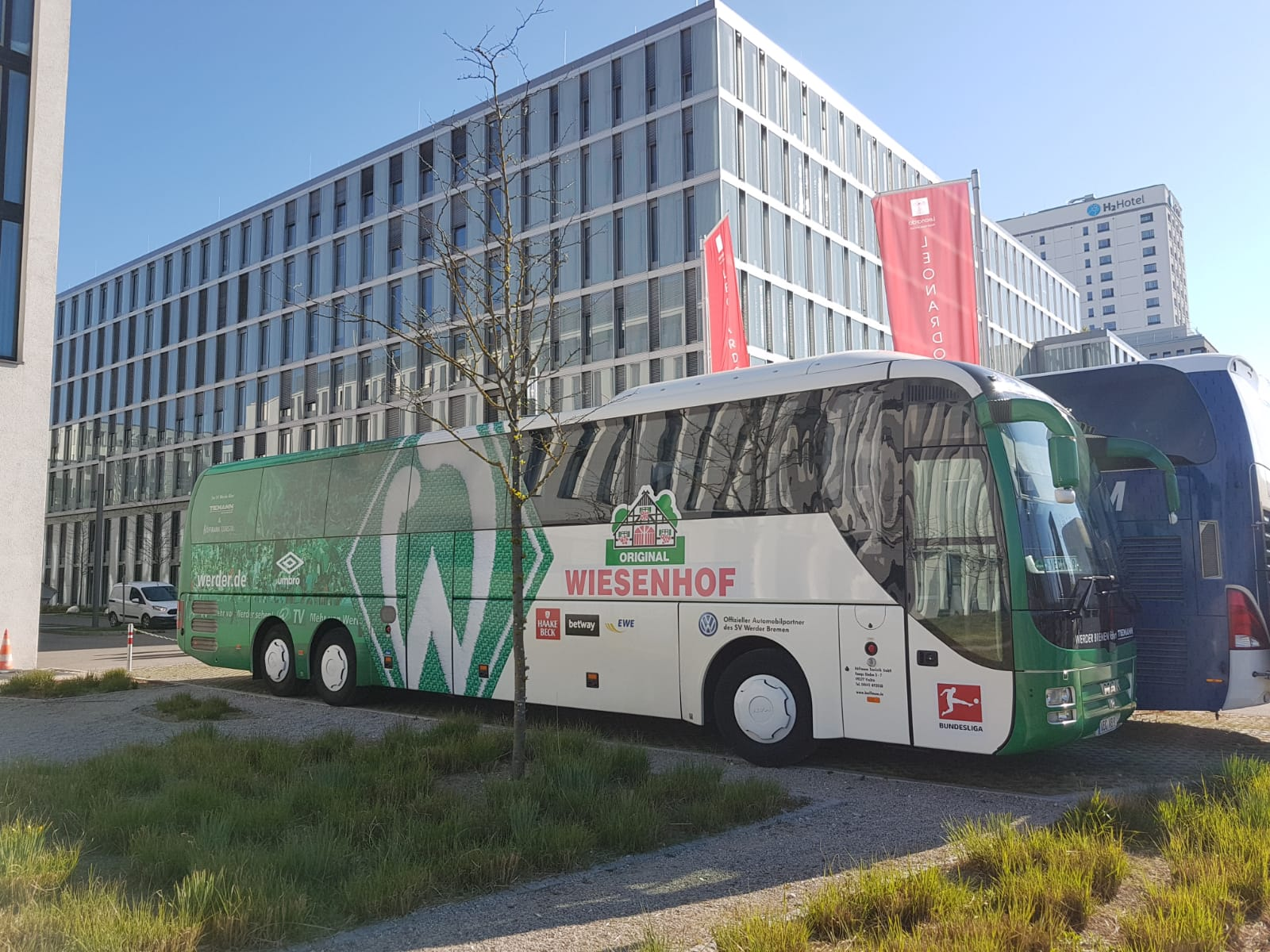 Bus der Werder Mannschaft vor dem Hotel