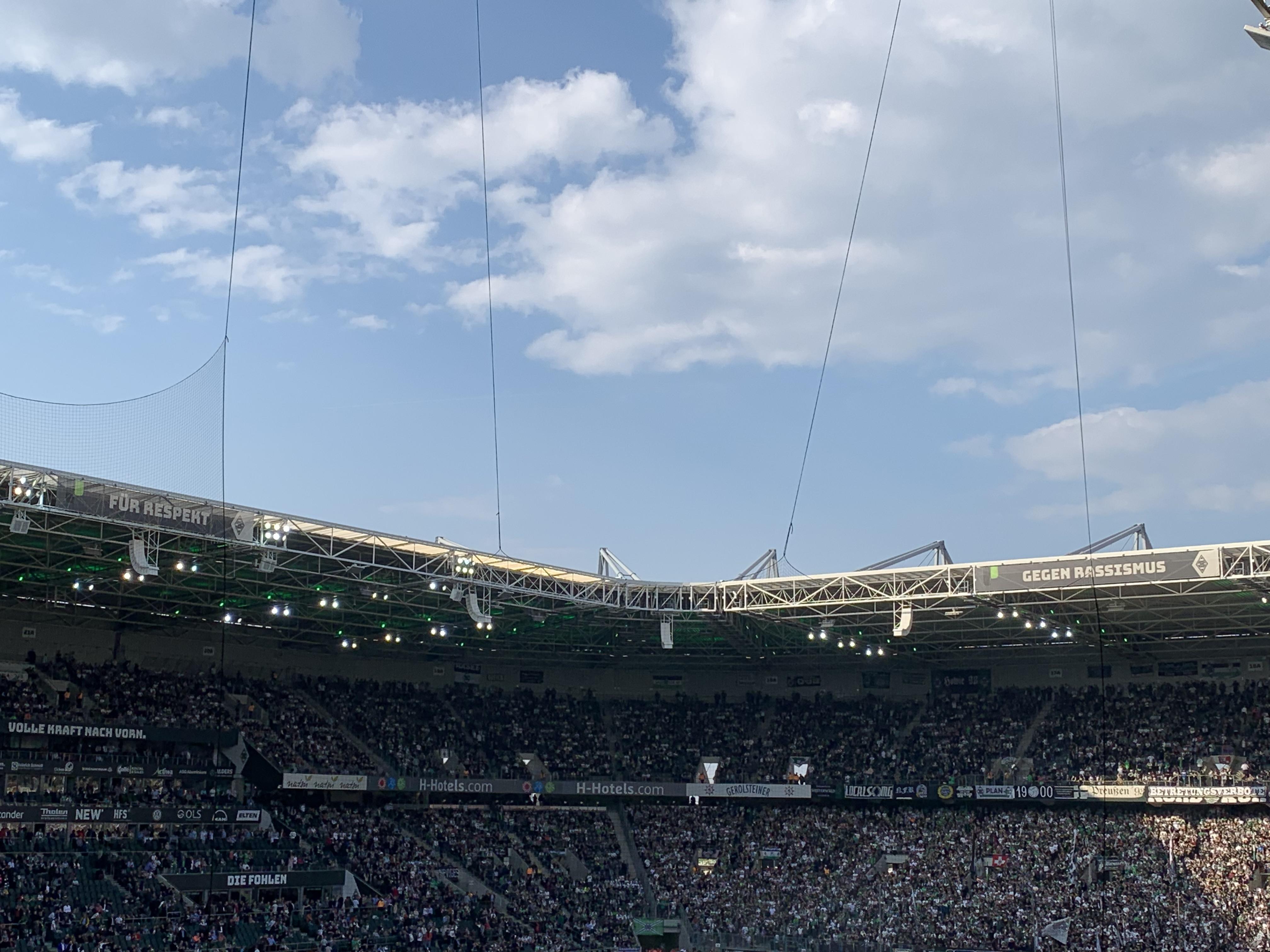 Banner im Stadion gegen Rassismus