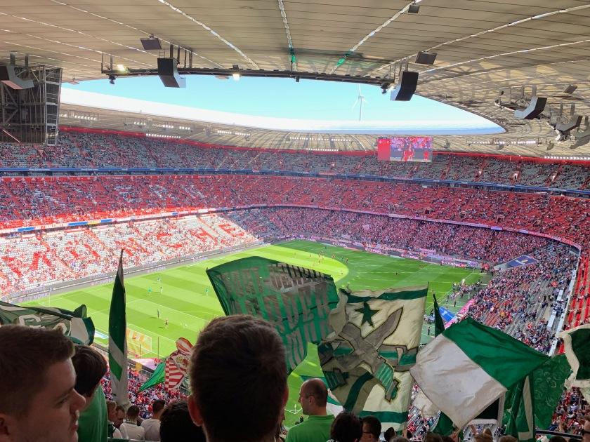 Blick auf das Spielfeld der Allianz Arena aus der Gästekurve
