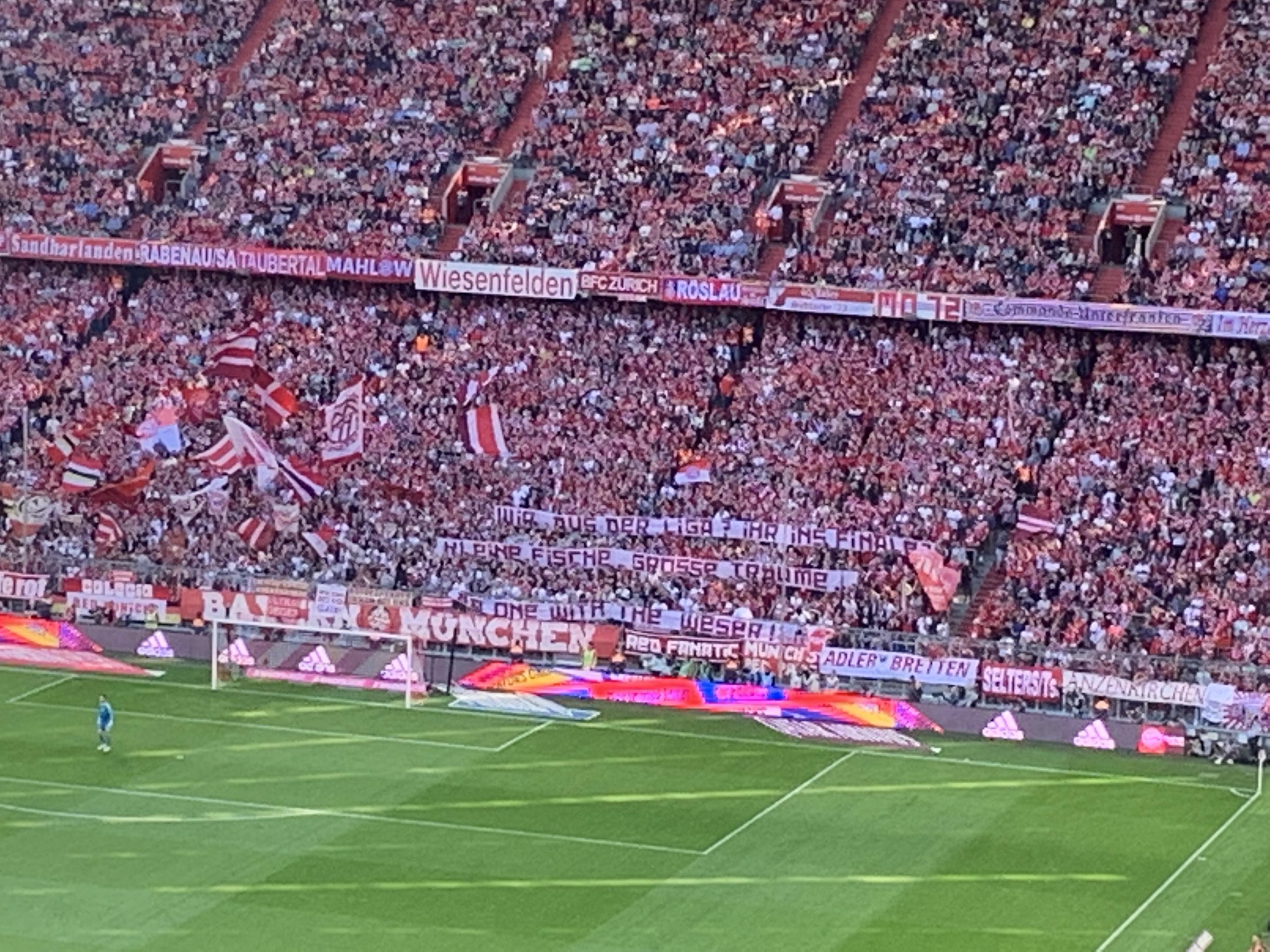 Ein Banner mit einer Aufschrift der Bayern Fans