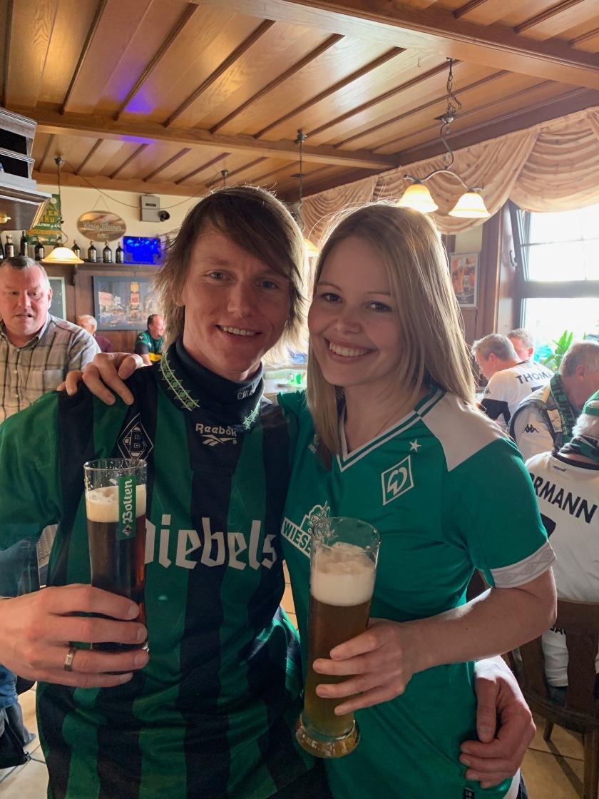 Foto von zwei Freunden mit einem Bier in der Hand