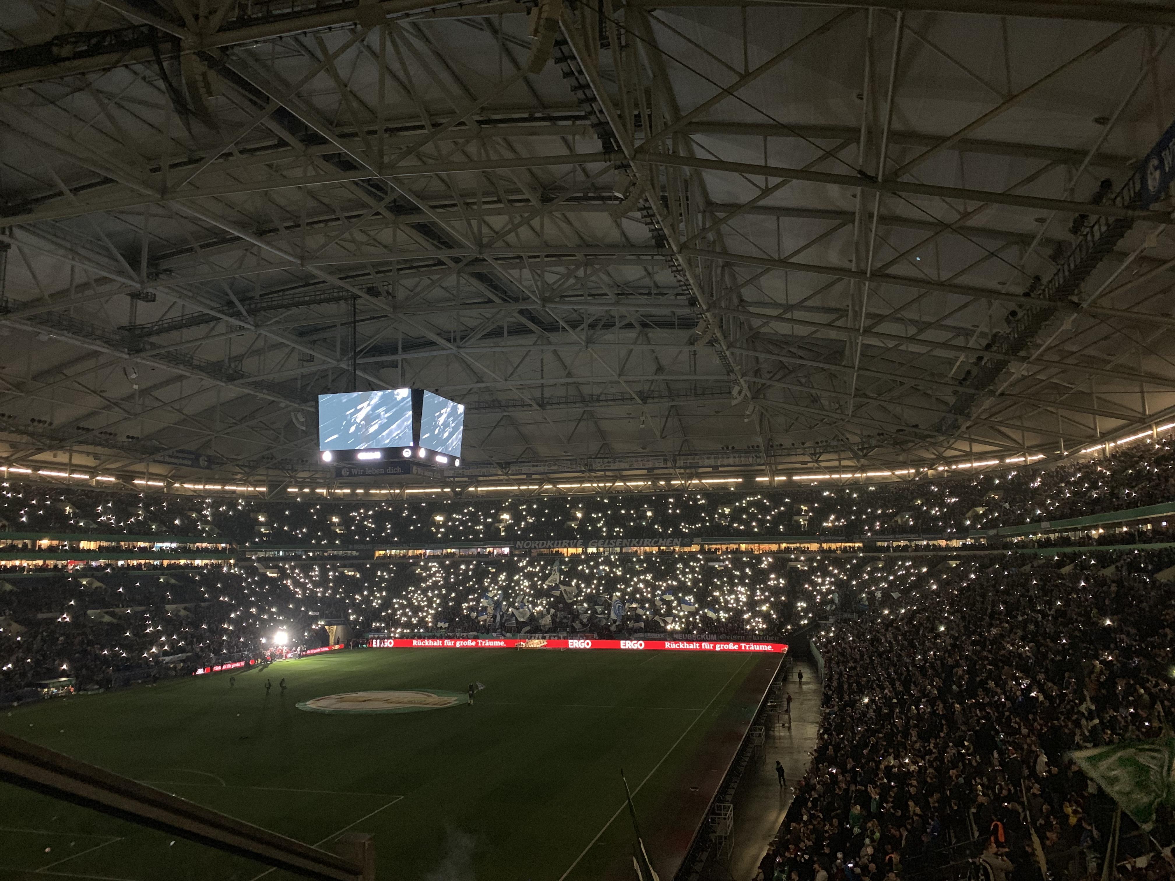 Das Licht im Stadion ist aus. Kleine Lichter sind zu sehen während das Steigerlied läuft