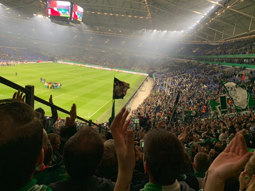 Geschlossen stehen die Werderaner auf dem Platz in einem Kreis. Die Fans applaudieren