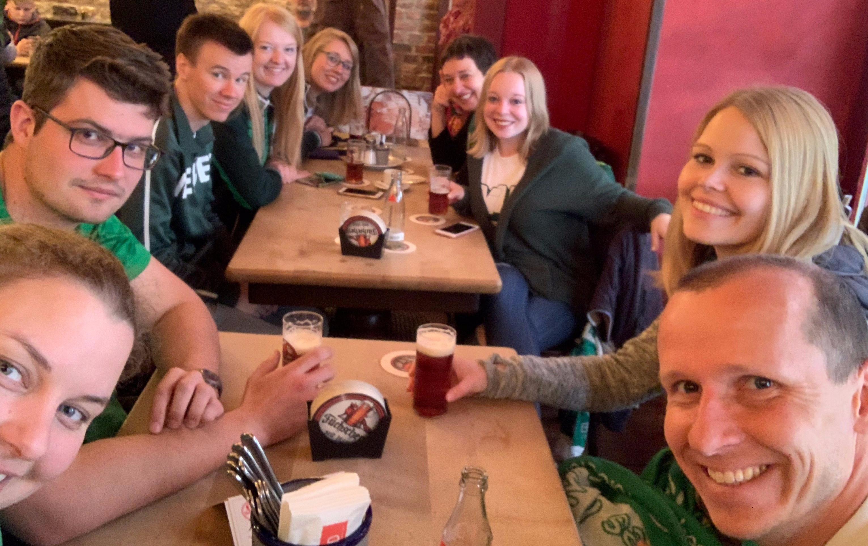 Werder Fans in der Kneipe bei einem Bier