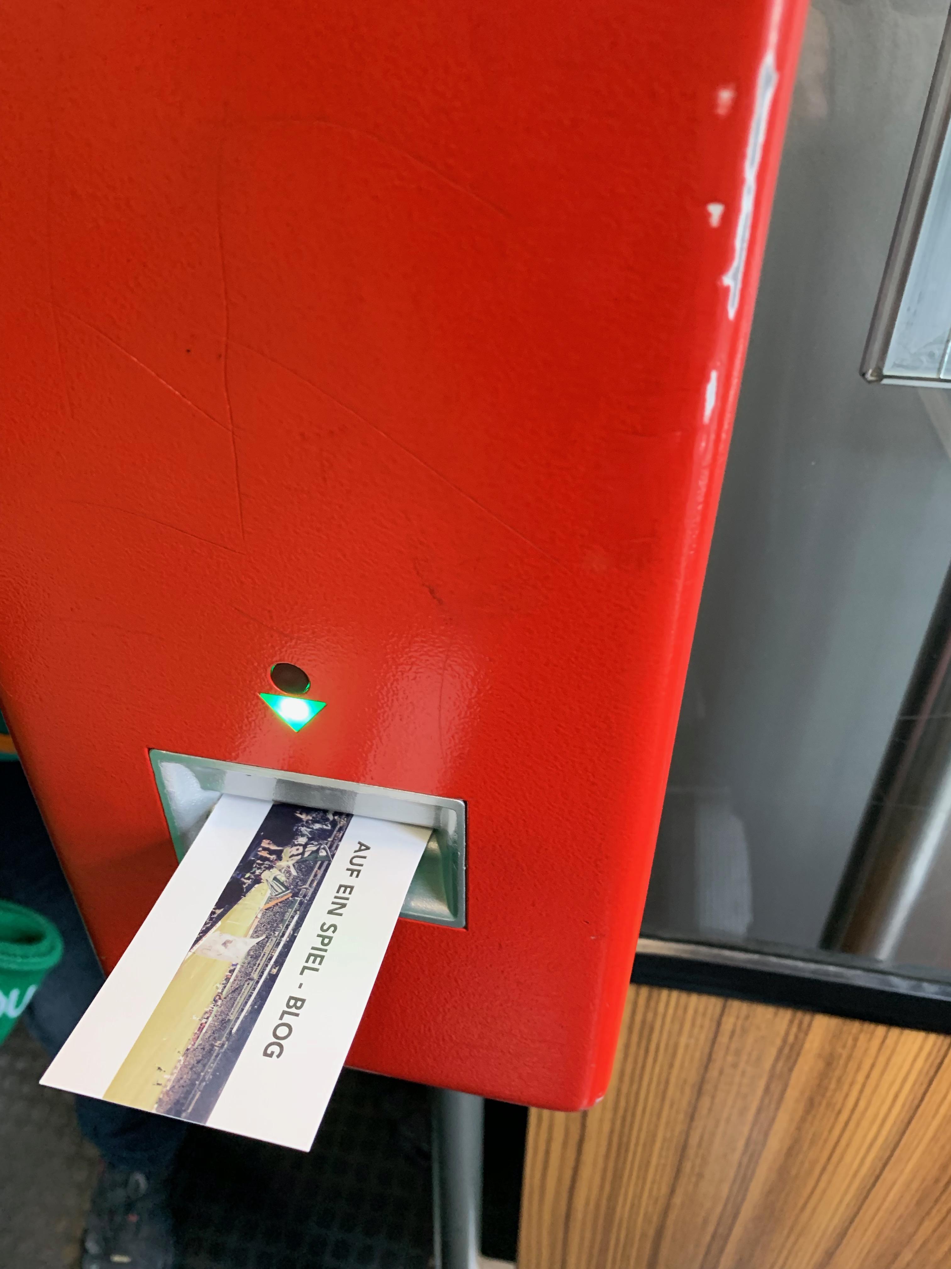 Auf ein Spiel Karte in einem Ticketautomaten in der Bahn