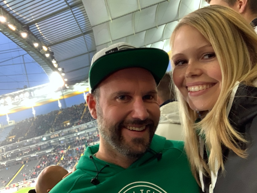 Zwei Freunde in der Gästeliste in Werder Trikots