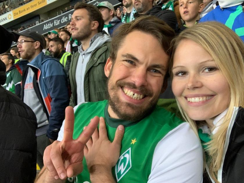 Zwei Freunde in Werder Trikot in der Gästekurve