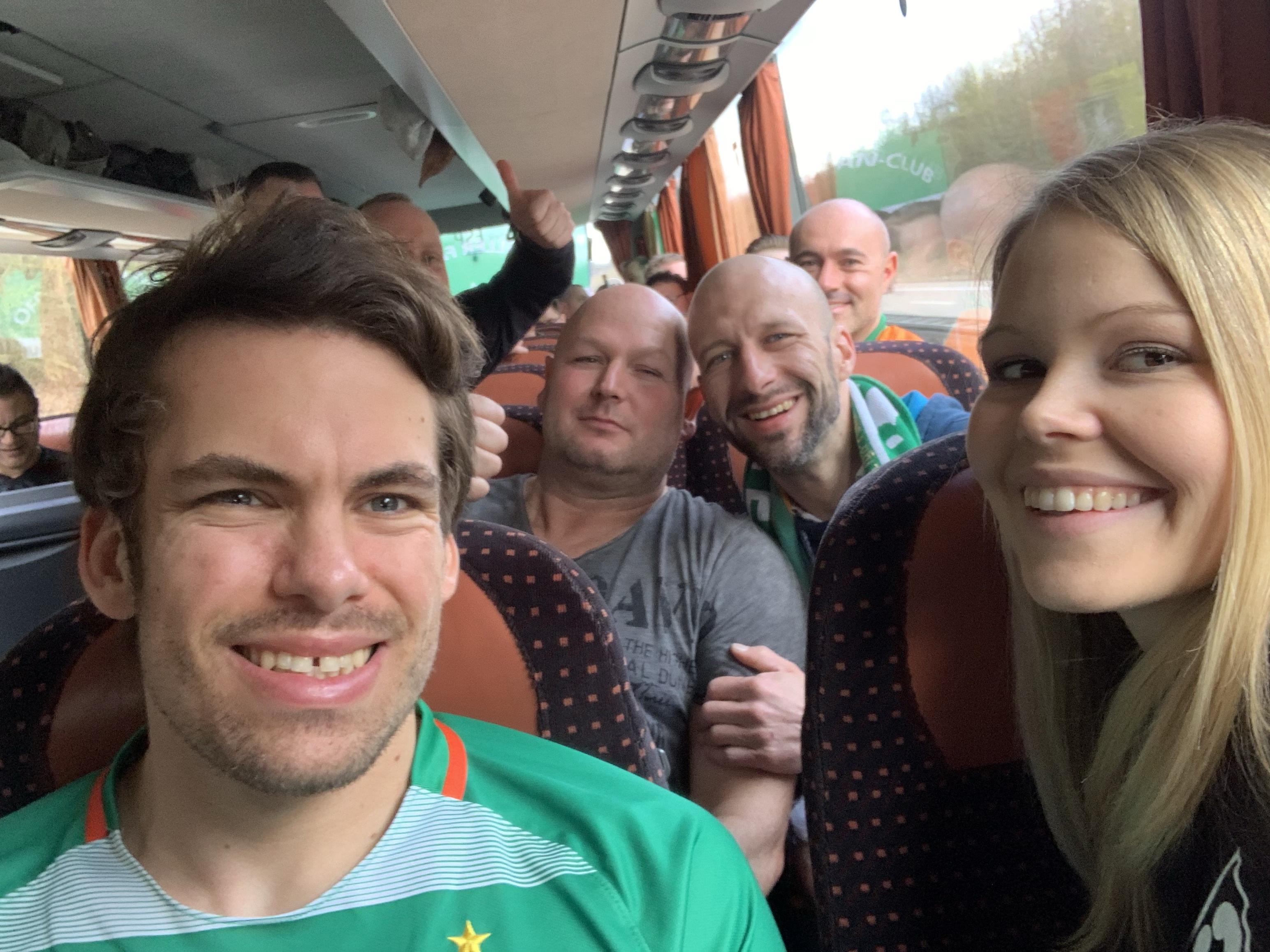 Fans im Bus