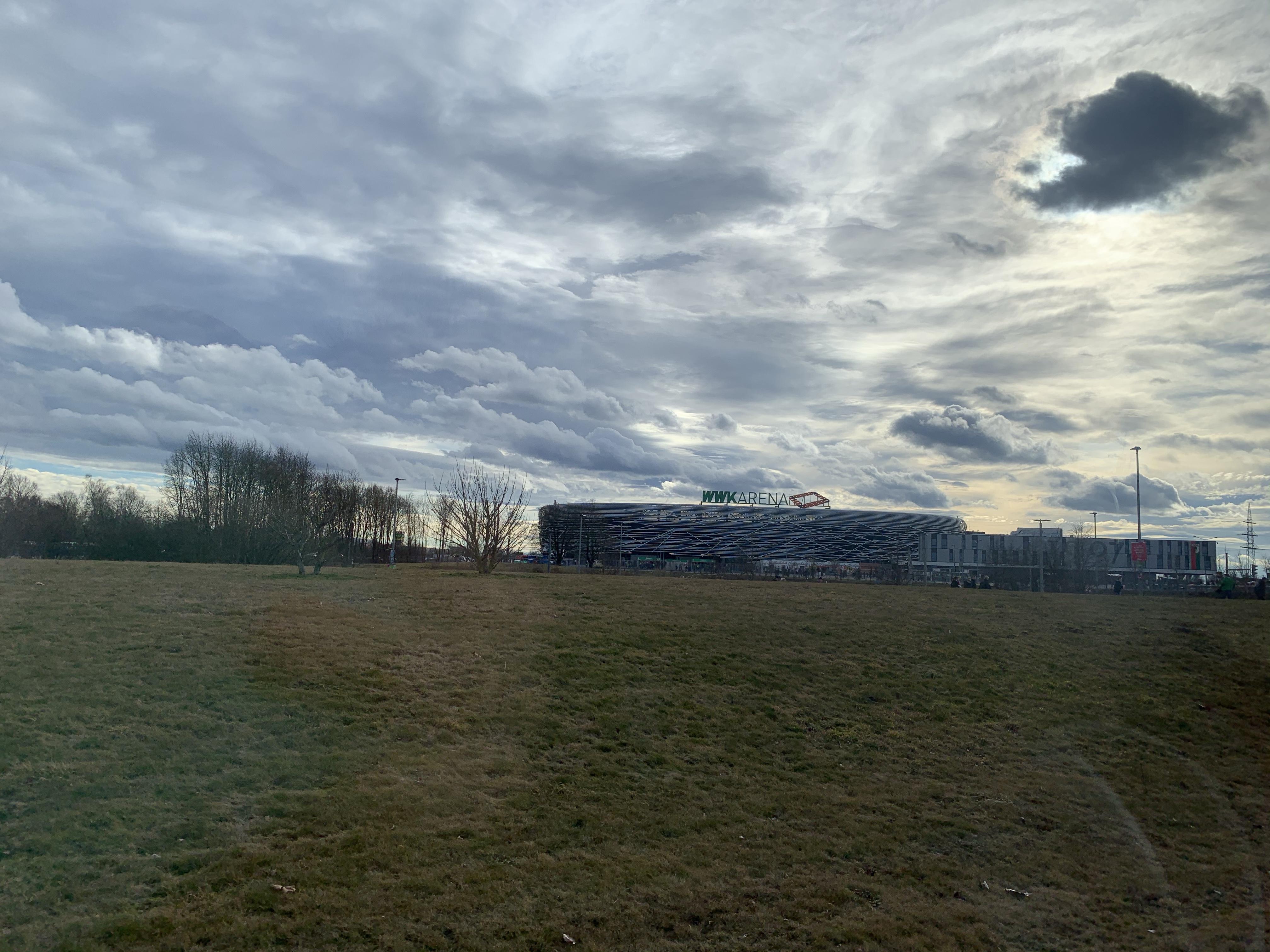 WWK Arena in Augsburg dahinter der Himmel leicht bewölkt