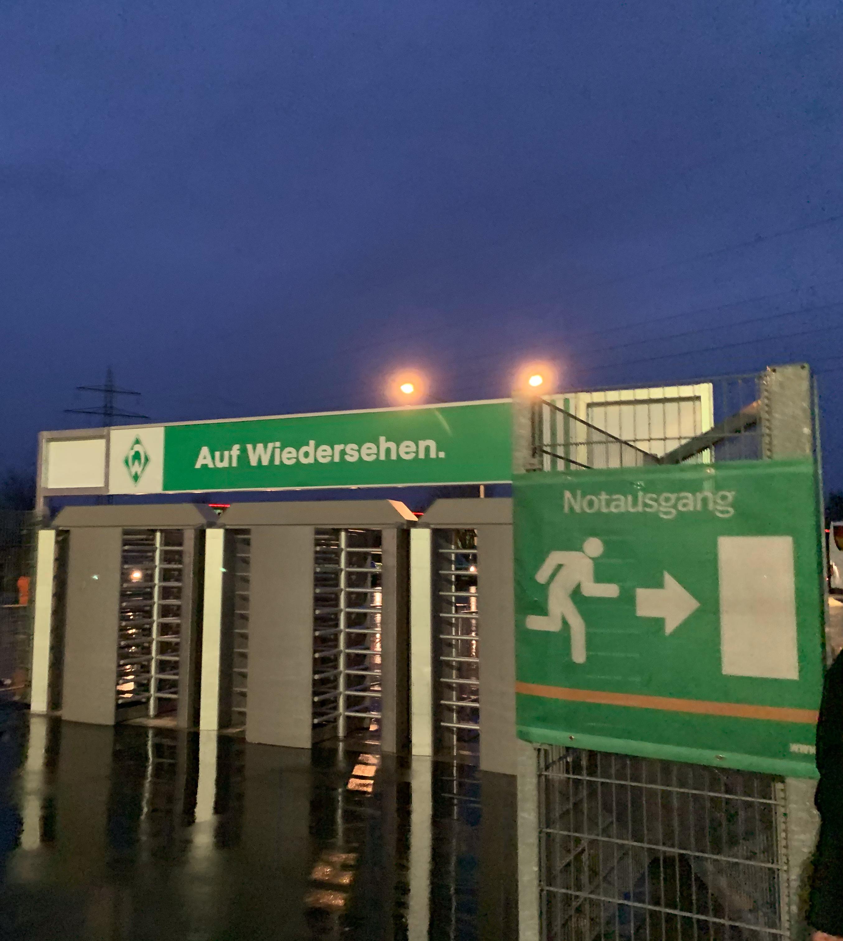 Schild mit der Aufschrift an die Fans für Werder Bremen: Auf Wiedersehen