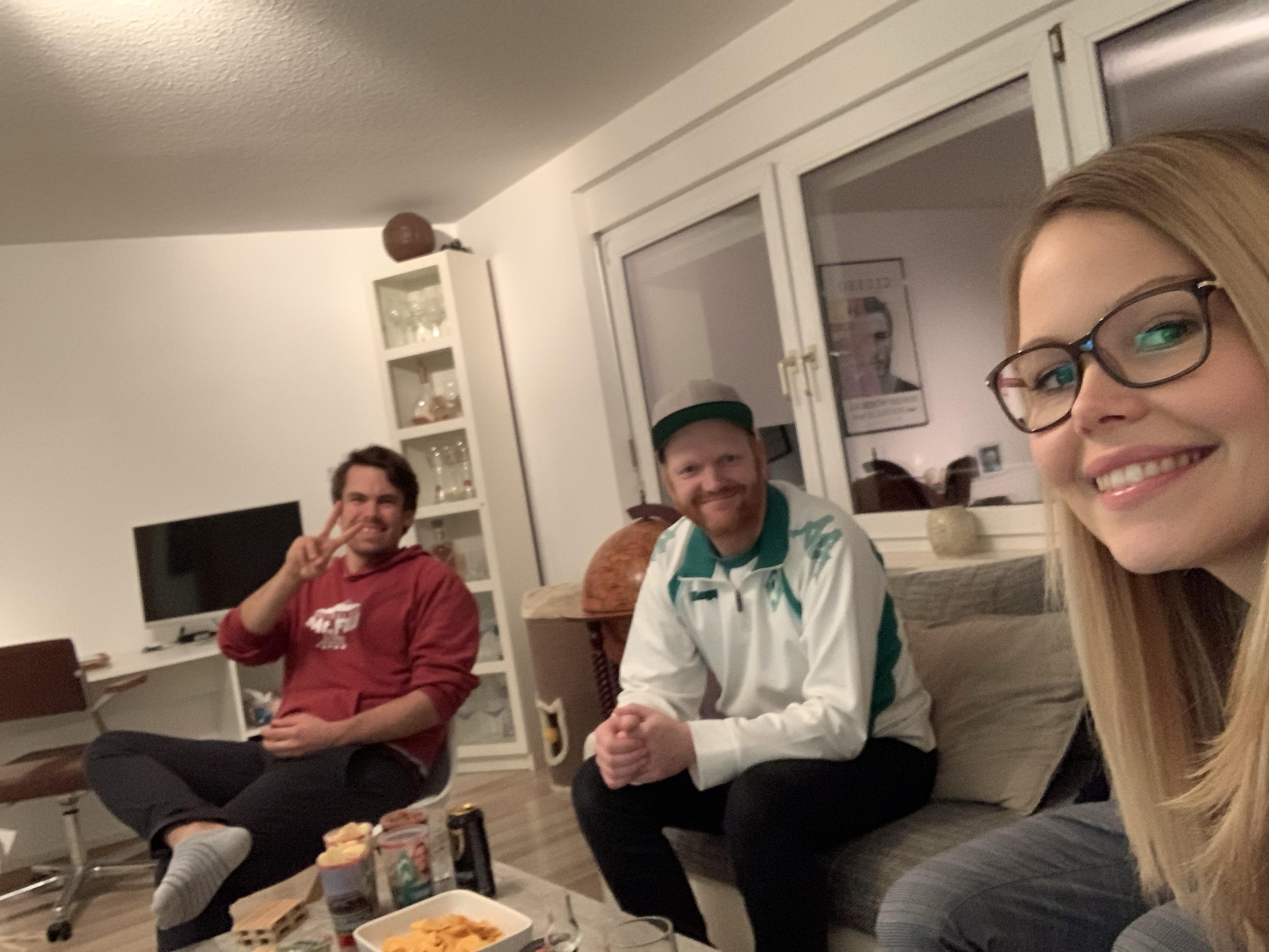 Freunde im Wohnzimmer, die das Fußballspiel gucken