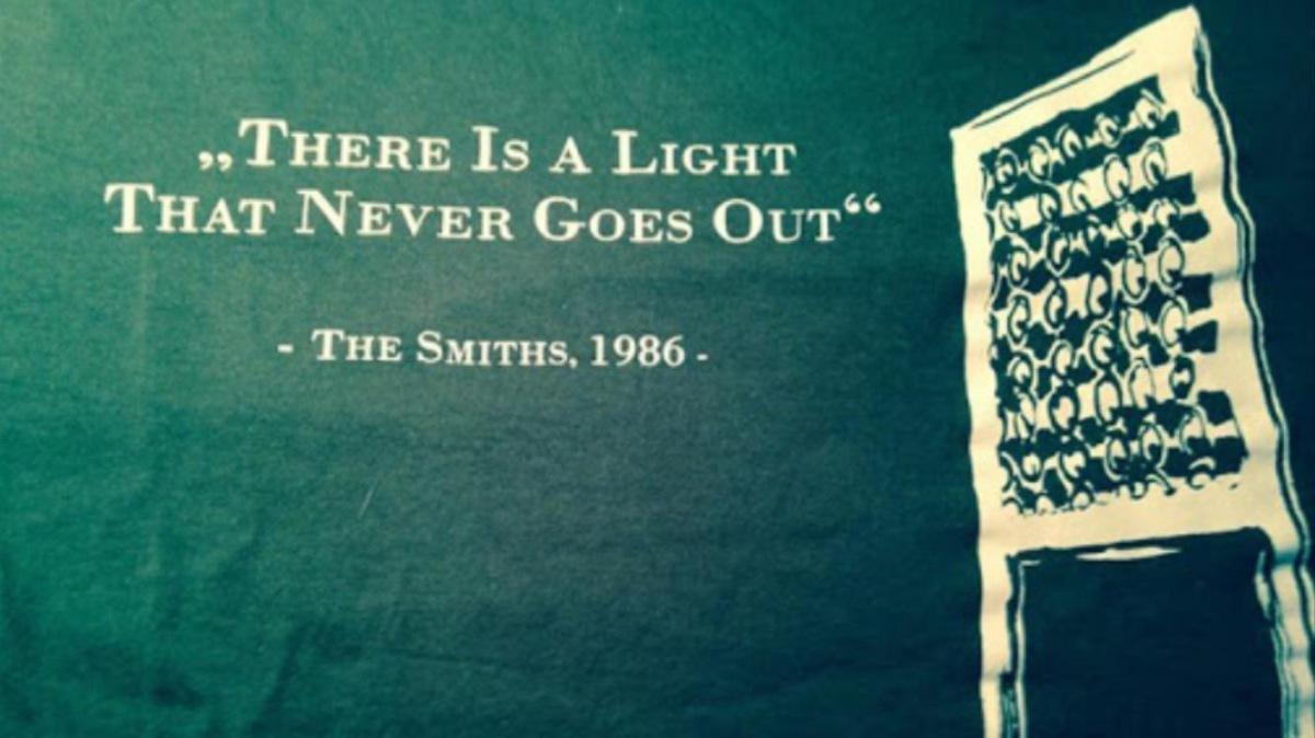Bild mit der Überschrift auf grünem Hintergrund und dem Flutlichtmasten: There is a light that never goes out.
